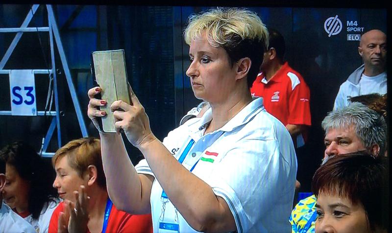 Az RLSE-s lányok edzője, Haász Katalin rögzíti az ugrásokat későbbi elemzésre
