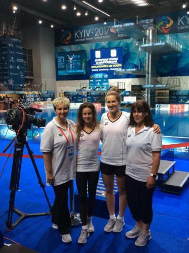 Lányok Haász Katalin edzővel és Moldvay Ildikó gyógytornásszal