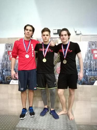 Az A fiú 3 méter dobogóján Gacs Barnabás aranyérmes, Hunyady Máté Manó bronzérmes
