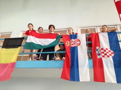 Magyar zászló mellett