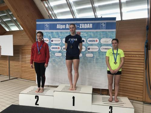 Kovács Eszti ezüstérmes B lány 1 méteren