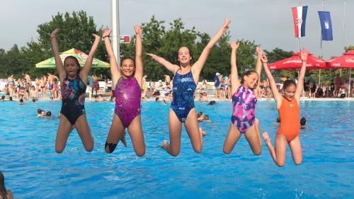 Mindig örömmel ugranak a vízbe a lányok